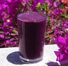 Red cabbage smoothies with blue berries